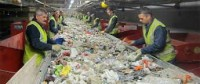 Fizyczna praca Anglia na produkcji-recykling sortowanie odpadów Birkenhead